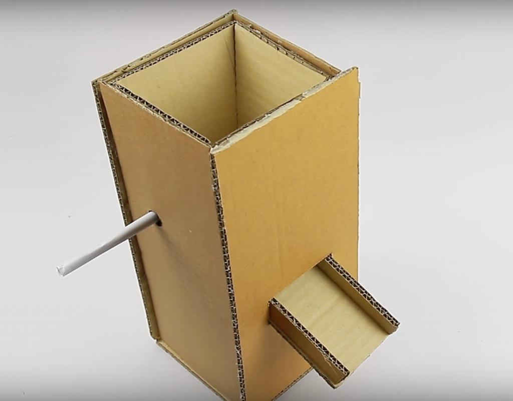 Distributeur de croquettes en carton tuto étape 12